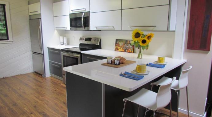 schadstofffreie nachhaltige Aluminiumküche - eternAL in Mondstein und Elfenbein mit Silber Highlights