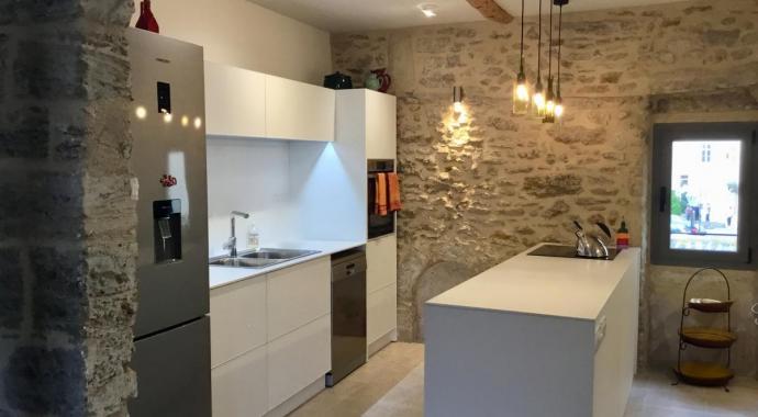 Küche aus Aluminium in Languedoc Rousillon Pezenas schadstofffrei modern in rustikalem Haus mit Originalsteinwänden