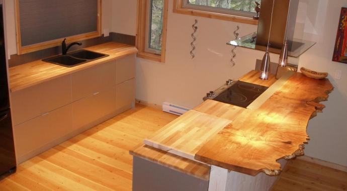 Moderne silberne schadstofffreie  Aluminiumküche mit Vollholzarbeitsplatten | Designed von IMDesign