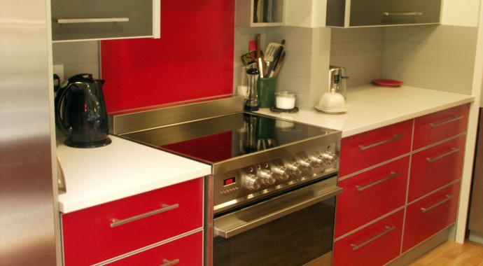 schadstofffreie nachhaltige Aluminiumküche -festivAL in rot mit  Silber Highlights