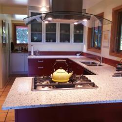 schadstofffreie nachhaltige Aluminiumküche - vitAL and festivAL - in Ziegelrot mit weiß und Glasoberschränken IMDesign