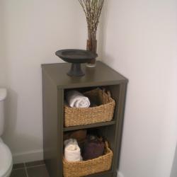 marron foncé, vasques en aluminium chaleureux dans la salle de bains SPA de l'île  Pender à Victoria en Colombie Britannique
