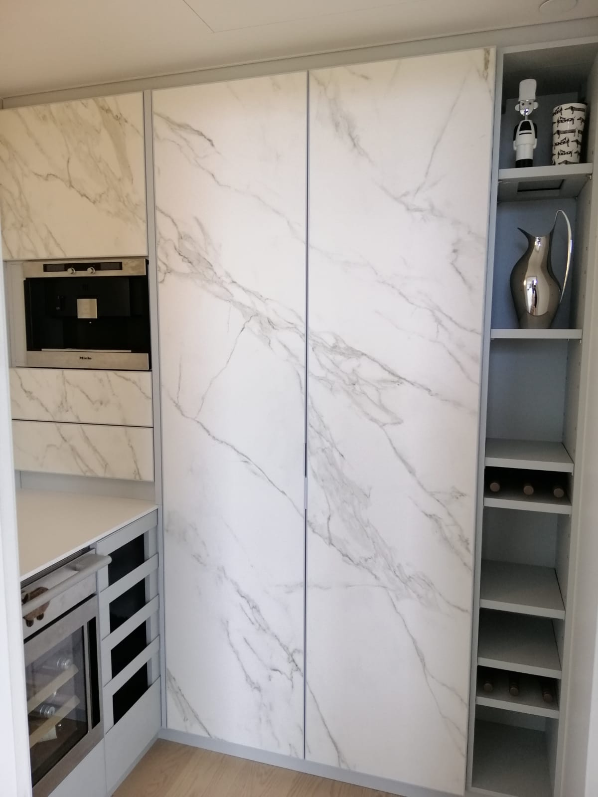 Fancy Pantry In English Bay Imdesign Aluminum Kitchens