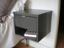 Grauer gehangener Nachttisch aus Aluminium