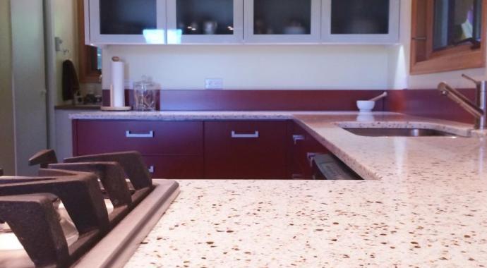 cocina aluminio en rojo ladrillo con muebles altos con puertas blancas y con cristal