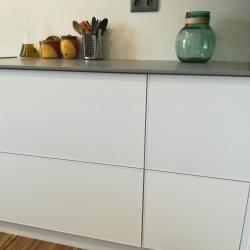 Contemporary kitchen in white and grey