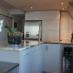 schadstofffreie nachhaltige Aluminiumküche - eternAL in grau und Elfenbein mit Silber Highlights - ImDesign
